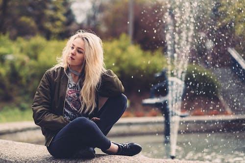 Foto d'estoc gratuïta de aigua, bonic, dona, Font