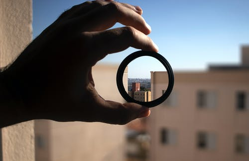 Kostenloses Stock Foto zu apartmentgebäude, blauer himmel, bokeh, linse
