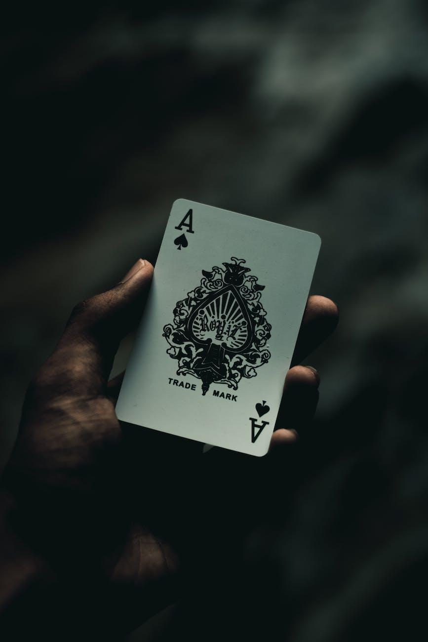 De schoppenaas in de hand van een speler