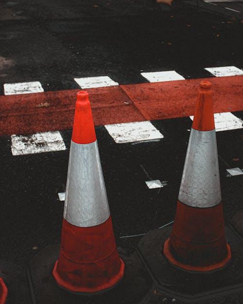 Foto profissional grátis de alameda, alerta, asfalto