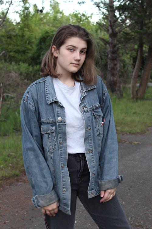 Безкоштовне стокове фото на тему «брюнетка, вертикальний, вираз обличчя, джинсова куртка»