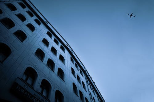 Gratis stockfoto met architectuur, aviate, blauwe lucht, buitenkant van het gebouw