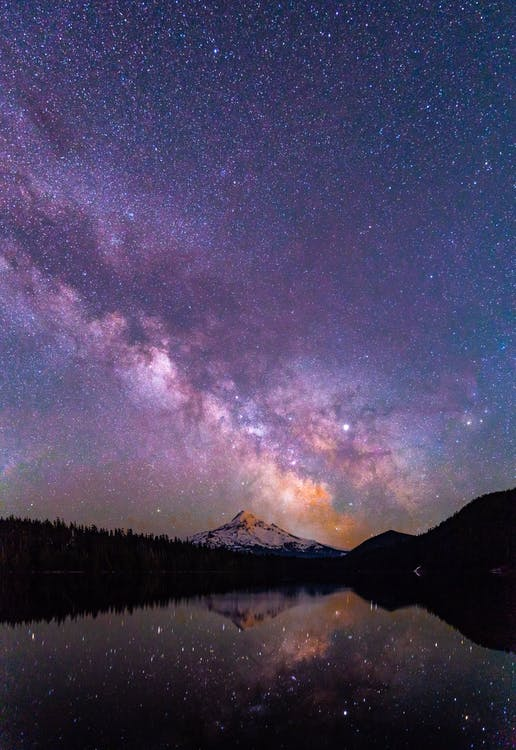Aurora Boreal Sobre Montaña Y Bosque