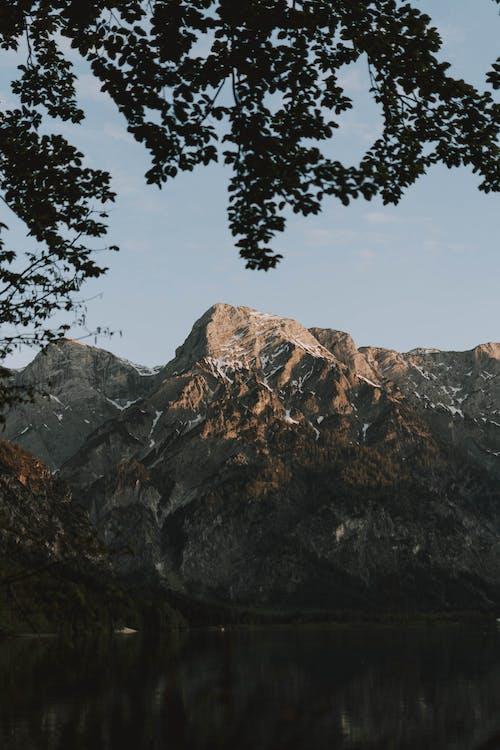 Gratis lagerfoto af bjerg, dagslys, flod, folk