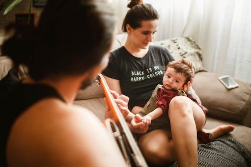 Người Cha ẩn Danh Chơi Guitar Trên Ghế Dài Cho Con Và Vợ