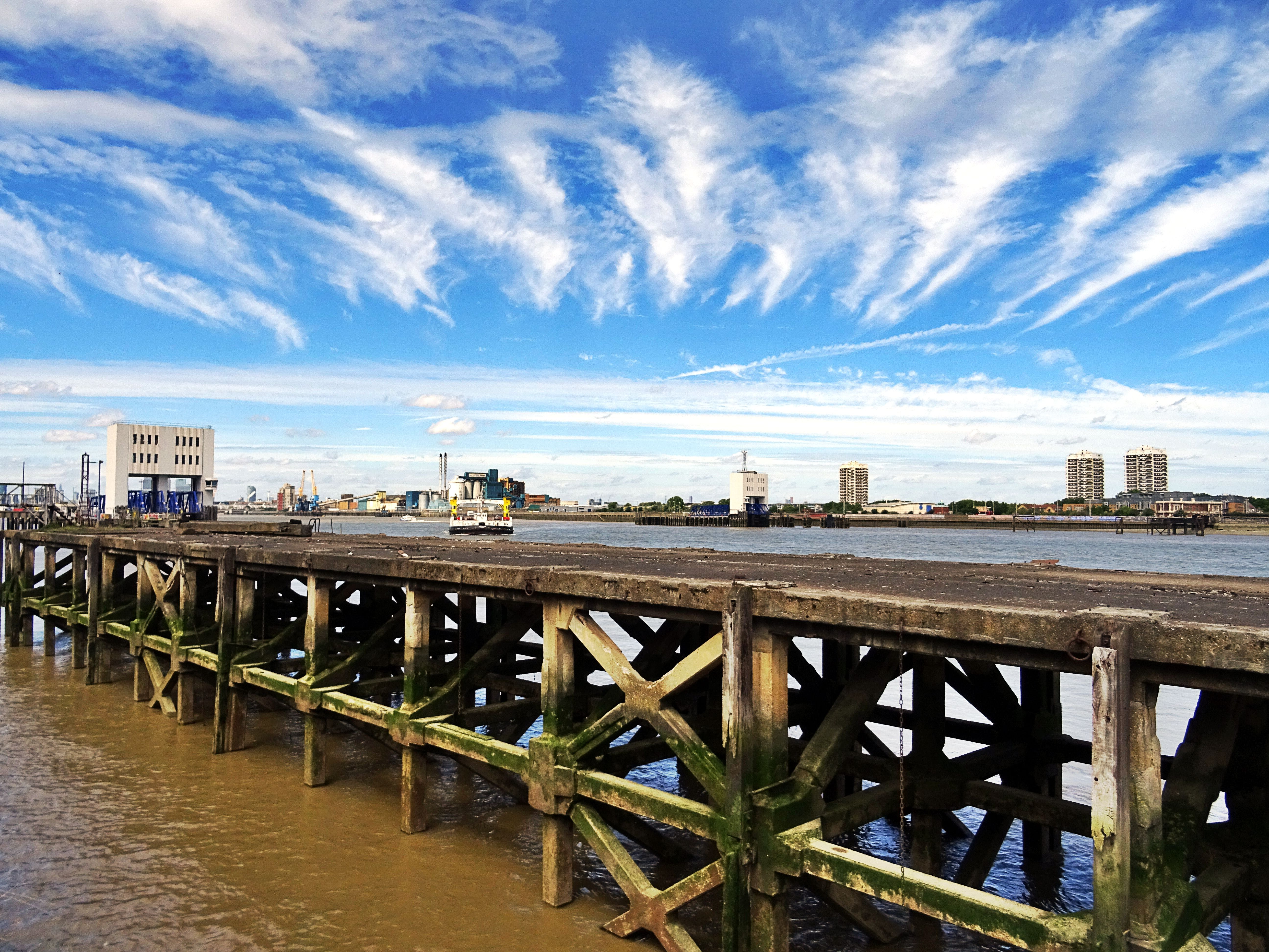 คลังภาพถ่ายฟรี ของ ตึก, ตึกระฟ้า, ทะเล, ท่าเทียบเรือ