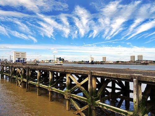 Darmowe zdjęcie z galerii z budynki, chmury, dok, drapacze chmur