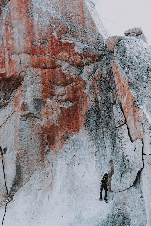 Fuerte Acantilado De Escalada Alpinista En Día Nublado