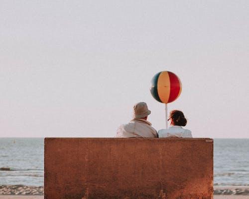 老夫婦在海邊在夏天
