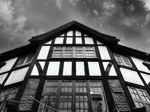 Безкоштовне стокове фото на тему «Windows, архітектурне проектування, екстер'єр, монохромний»