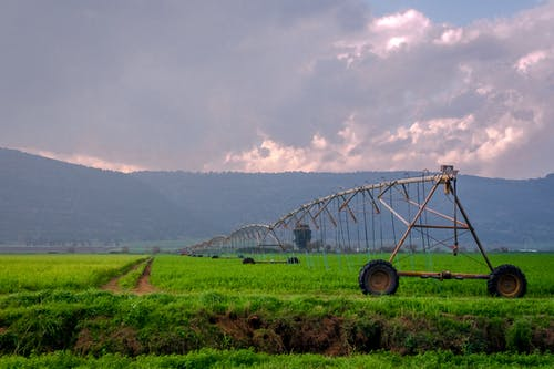 Darmowe zdjęcie z galerii z boiska, chmury, góry, maszyna rolnicza