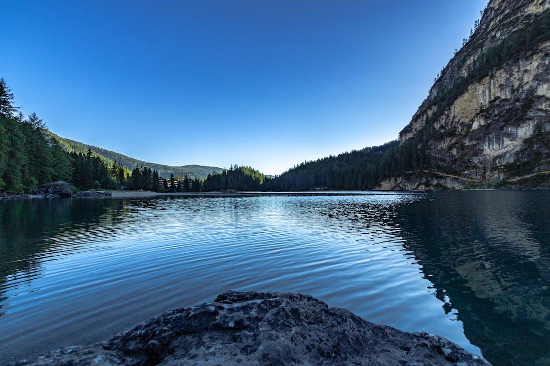 берег озера, блакитне небо, відображення