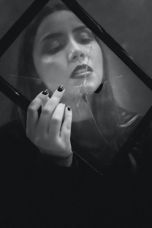 Free stock photo of 20-25 anos de idade mulher, arte, através do vidro