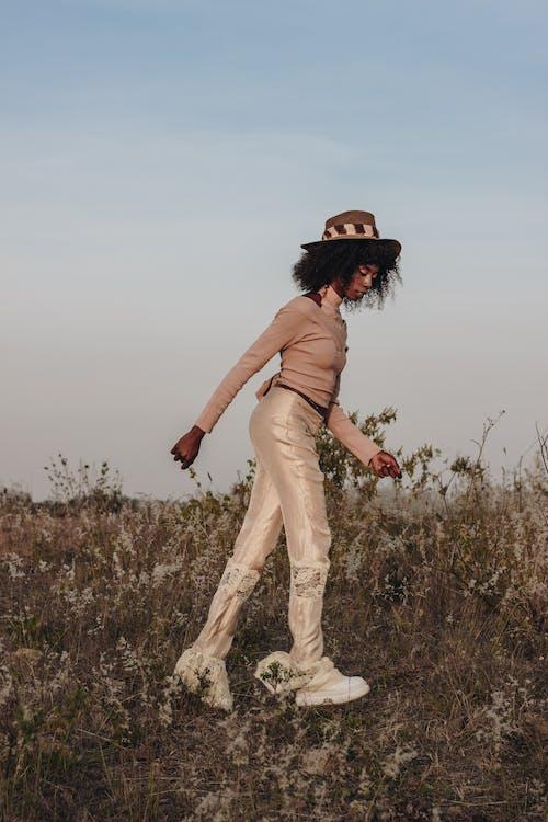 거닐다, 걷기, 고르지 않은, 날씬한의 무료 스톡 사진