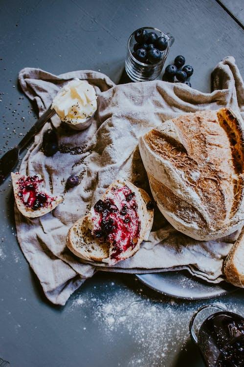 bàn, bánh mỳ, bánh ngọt