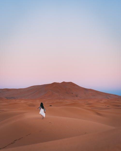 açık hava, Beyaz elbise, bir başına içeren Ücretsiz stok fotoğraf