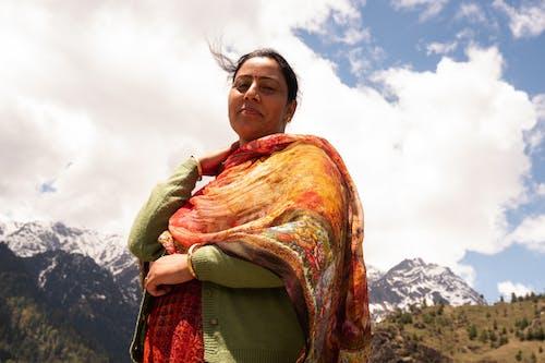 Positieve Etnische Vrouw Rusten In Dorp In De Buurt Van Bergen