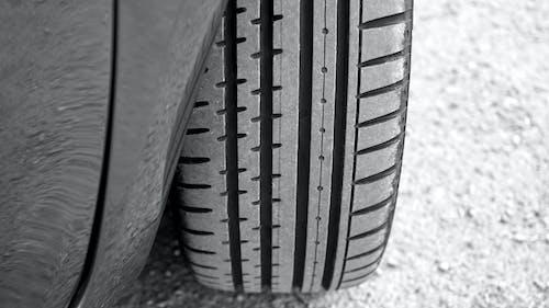 Ilmainen kuvapankkikuva tunnisteilla auto, kumi, manner-renkaat, mustavalkoinen