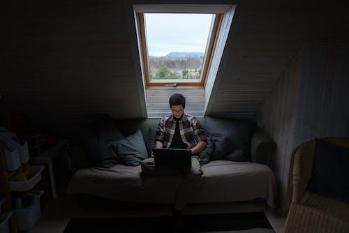 Photos gratuites de à distance, à l'intérieur, canapé