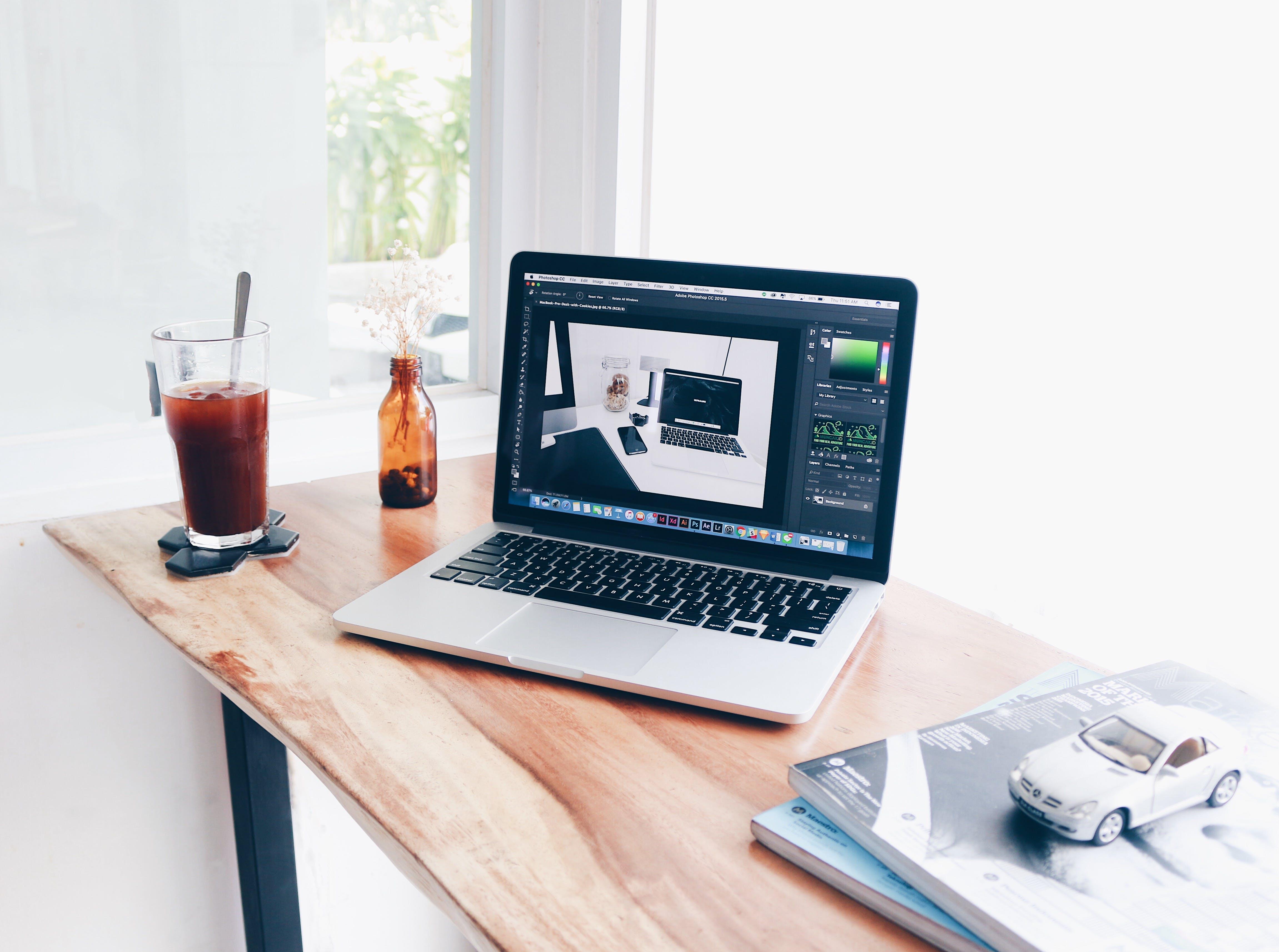 Kostenloses Stock Foto zu zeitschriften, schreibtisch, laptop, arbeiten