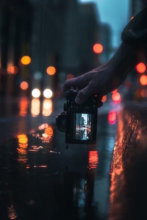 Persona Che Tiene La Fotocamera Reflex Digitale Nera Scattare Foto Delle Luci Della Città Durante La Notte