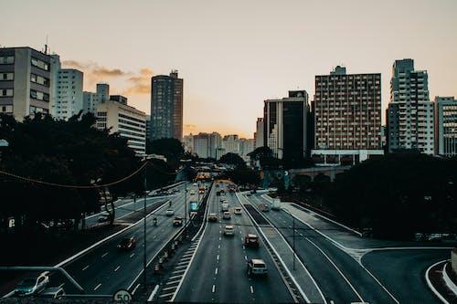 Foto d'estoc gratuïta de arquitectura, autopista, carrer, carretera
