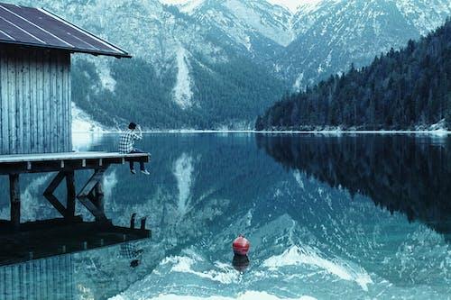 Fotografia Di Paesaggio Di Montagne, Alberi E Specchio D'acqua