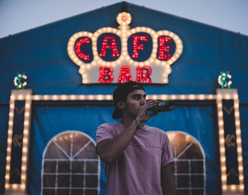 Бесплатное стоковое фото с Бар-кафе, бутылка, Взрослый, легкий