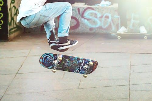 Gratis lagerfoto af balkon, bevægelse, by, Dreng