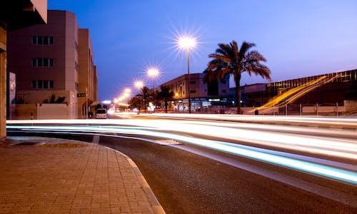 Gratis lagerfoto af aften, arkitektur, bil, blå himmel