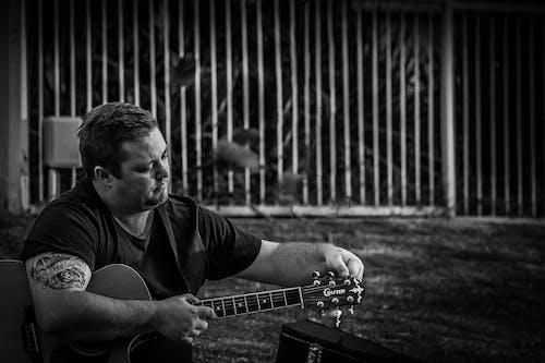 Darmowe zdjęcie z galerii z biały i czarny, czarno-biały, czas wolny, gitara