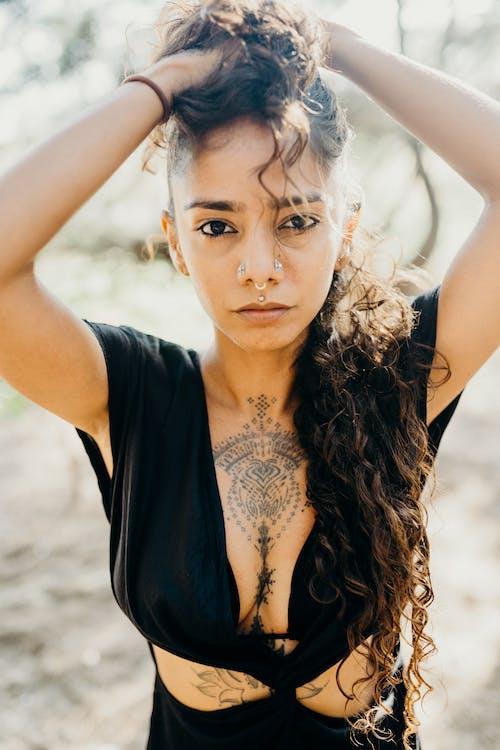 Gratis lagerfoto af 20-25 år gammel kvinde, alvorlige, ansigtsudtryk, arme hævet