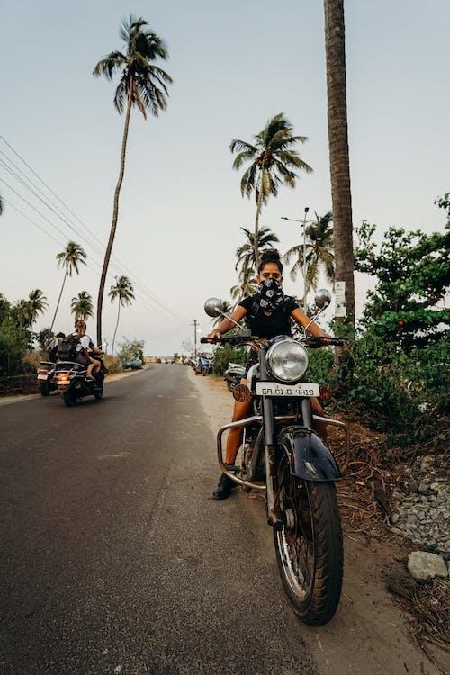 20-25岁的女人, 乡村小路, 交通系統, 公路自行车 的 免费素材照片