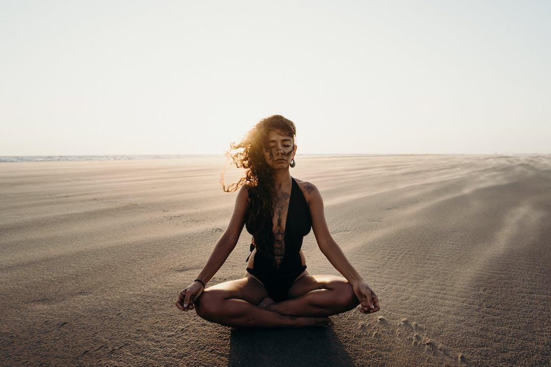 Foto profissional grátis de 20-25 anos de idade mulher, ao ar livre, areia