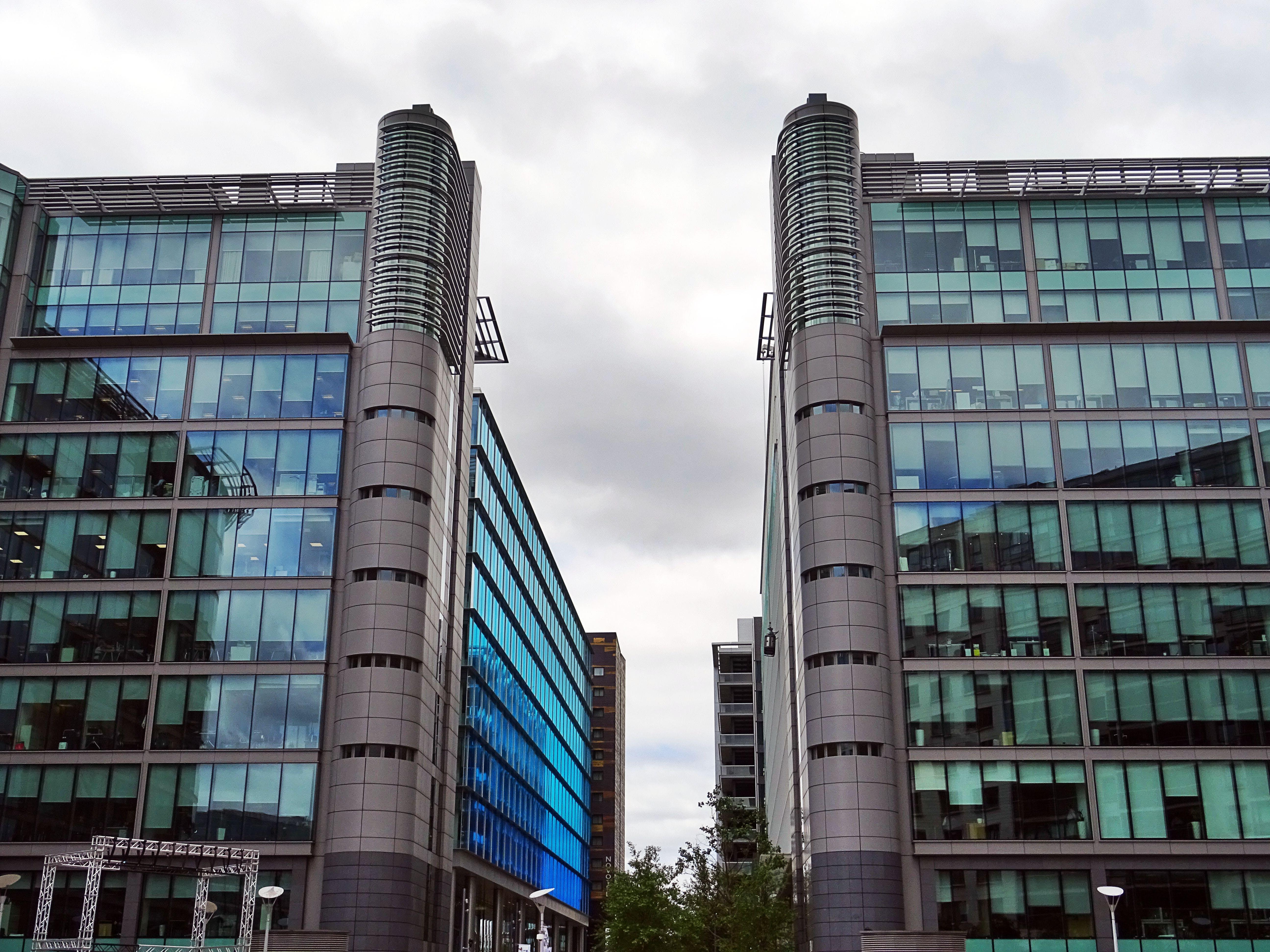 Darmowe zdjęcie z galerii z budynki, chmury, drapacze chmur, fasada