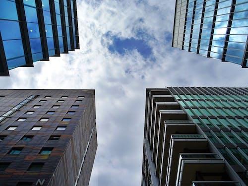bakış açısı, binalar, bulutlar, camlar içeren Ücretsiz stok fotoğraf