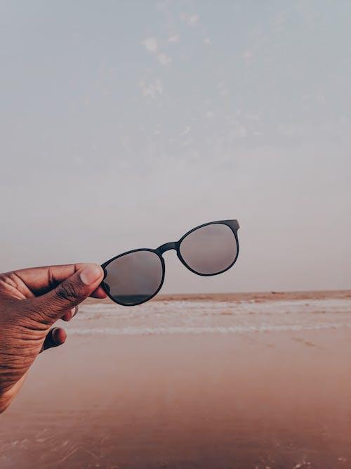 el, Güneş gözlüğü, kum, meçhul içeren Ücretsiz stok fotoğraf