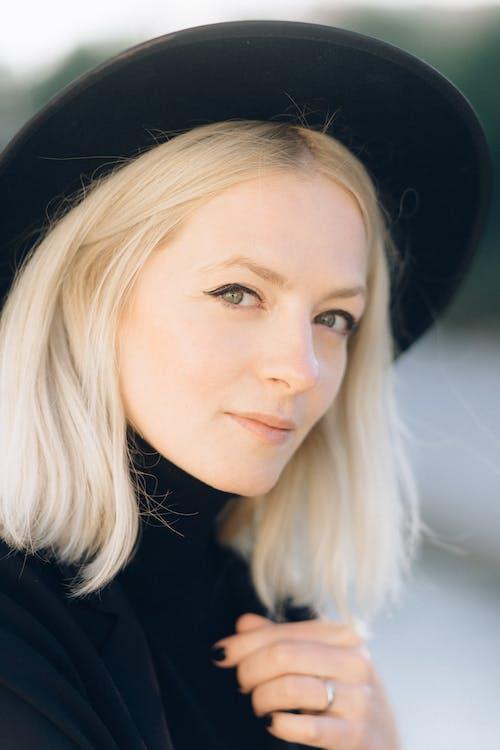 Foto profissional grátis de beleza, cabelo loiro, cara, chapéu preto