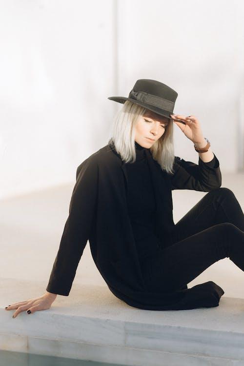 Základová fotografie zdarma na téma bez emocí, blond, černá špička, černé dlouhé rukávy