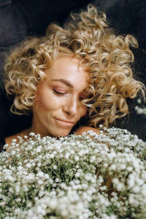 Základová fotografie zdarma na téma bezstarostný, bílé květy, blond