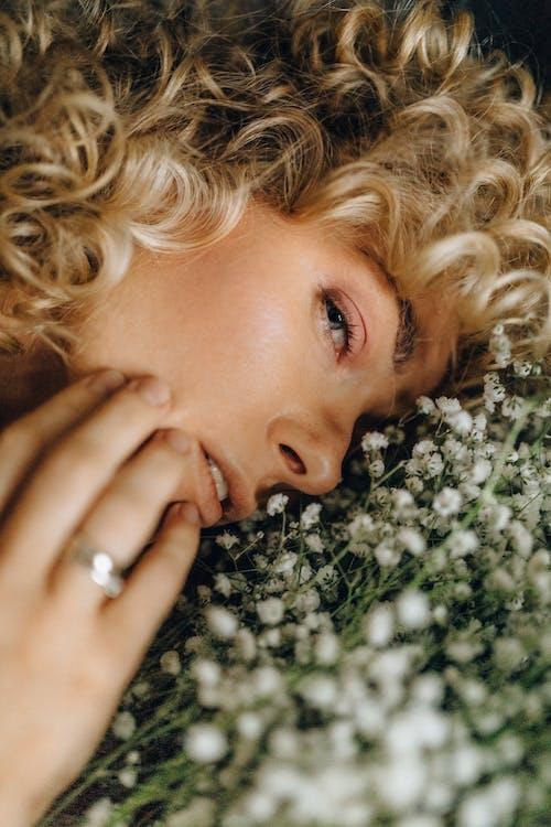 Kostenloses Stock Foto zu blond, emotionslos, ernst, frau