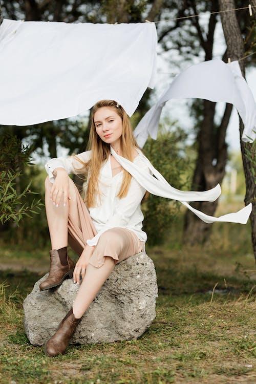 20〜25歳の女性, くつろぎ, ドレス, パークの無料の写真素材