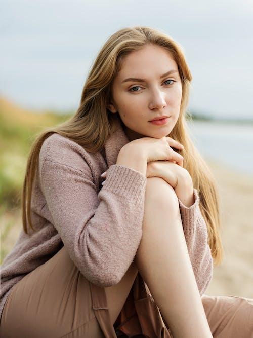 20〜25歳の女性, カジュアル, くつろぎ, セクシーの無料の写真素材