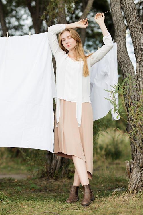 20〜25歳の女性, くつろぎ, スマイル, ドレスの無料の写真素材
