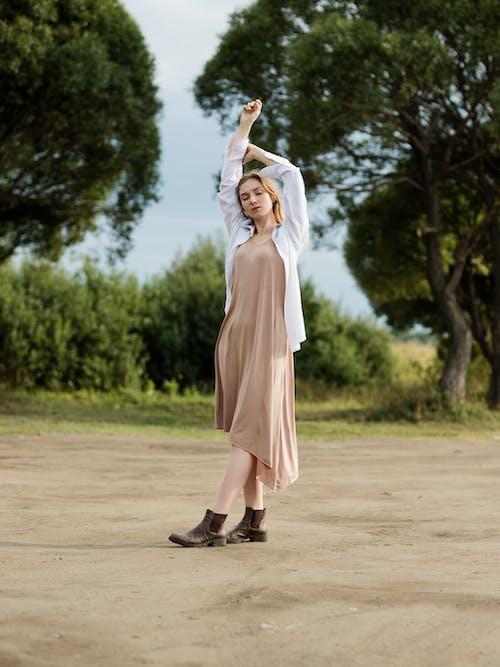 20〜25歳の女性, アダルト, くつろぎ, ドレスの無料の写真素材