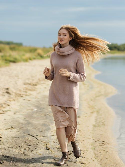 20〜25歳の女性, くつろぎ, スカーフ, ビーチの無料の写真素材