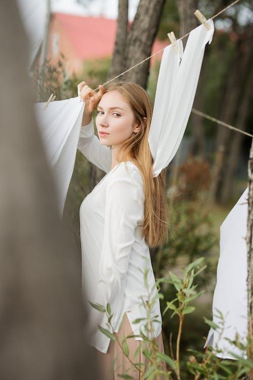20〜25歳の女性, くつろぎ, ファッション, 人の無料の写真素材
