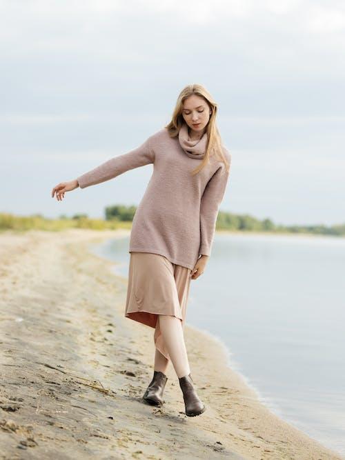 20〜25歳の女性, くつろぎ, ビーチ, ファッションの無料の写真素材