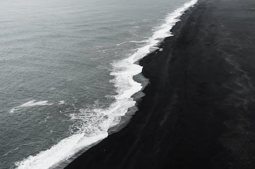 Ilmainen kuvapankkikuva tunnisteilla bw, hiekkaranta, islanti, kallio
