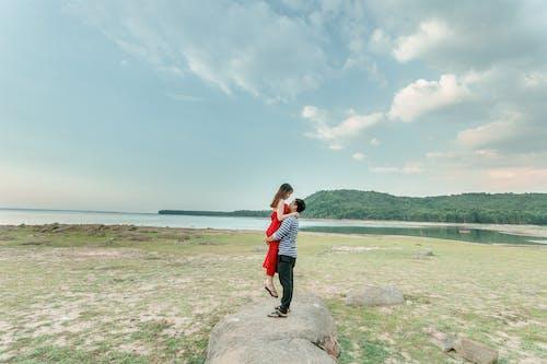 Foto profissional grátis de □ gentil, à beira-mar, abraço